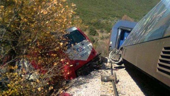 Demiryolunda İşçileri Taşıyan Otolar Çarpıştı 2 Ölü 2 Yaralı