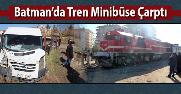Demiryolu üzerinde kalan minibüse tren çarptı