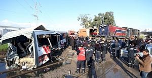 Tunus'ta yolcu treni ile otobüs çarpıştı!...
