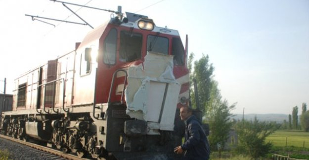 Kütahya'da Geçite Kontrolsüz Giren Kamyonete Tren Çarptı