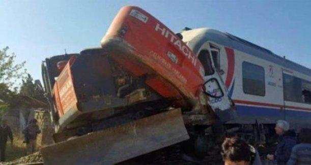 İzmir Bayındır'da yolcu treni iş makinasına çarptı!