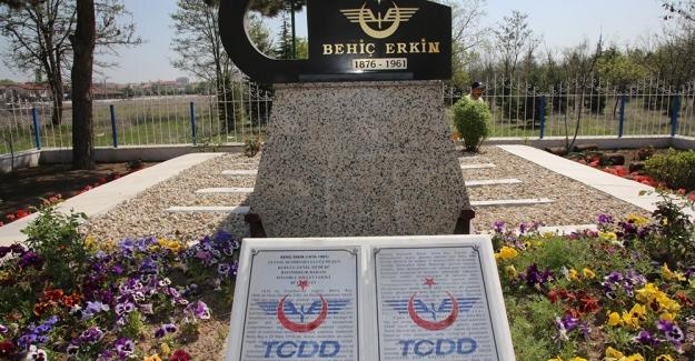Devlet Demiryollarının ilk Genel Müdürü Behiç Erkin'in Mezarına Bakım Yapıldı