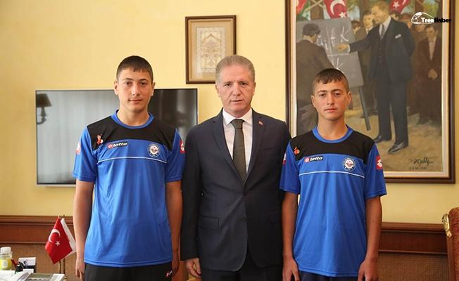 Demirsporlu ikizler Vali Gül'ü ziyaret etti
