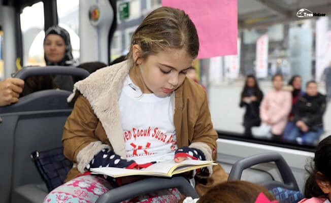 Toplu taşıma araçlarında kitap okuma etkinliği