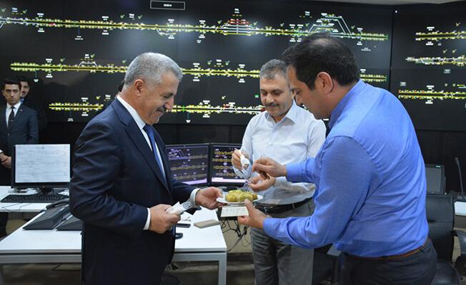Bakan Arslan'dan Demiryolculara Baklava İkramı
