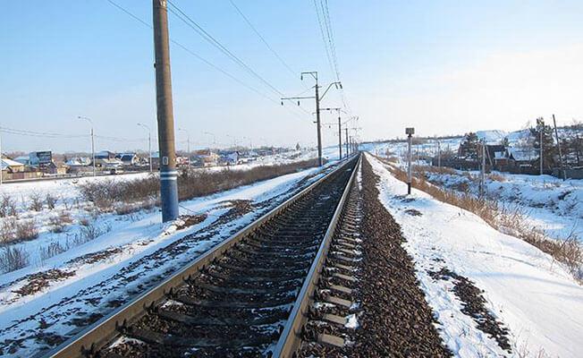 Hakasya'da demiryolunda yürüyen adama tren çarptı