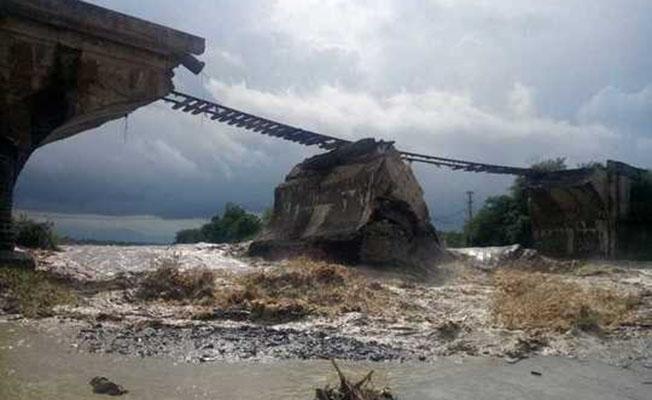 Sel suları demiryolu köprüsünü yıktı! Tren seferleri iptal edildi