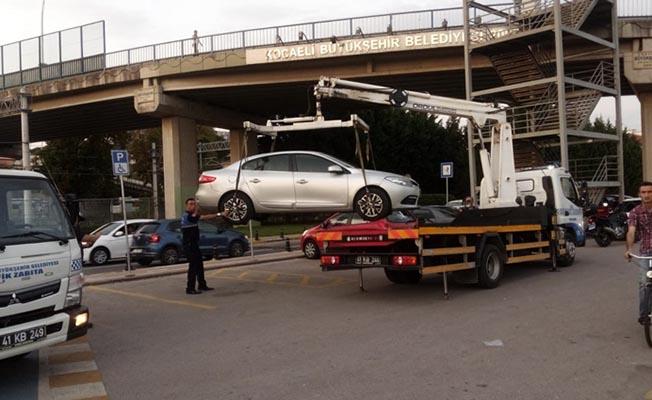 Engelli yerine park eden araçlar çekildi