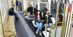 """İzmir Metro'nun """"Yat Konseptli"""" araçları sefere başladı"""