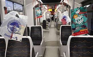 Tramvaylarda vatandaşlara kitap dağıtıldı