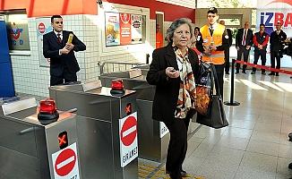 İZBAN'ın 500 milyonuncu yolcusuna çiçekli karşılama