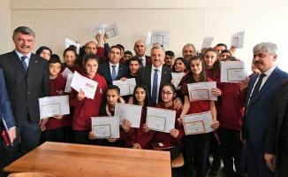 Bakan Arslan öğrencilerin karne heyecanına ortak oldu