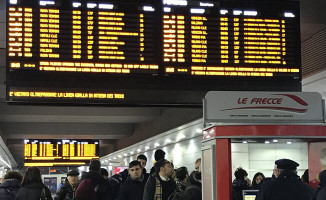 İtalya'da kar yağışı tren seferlerini vurdu