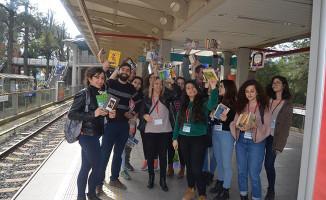 İzmir metrosunda yolculara kitap sürprizi