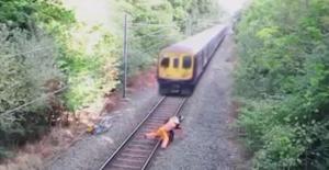 Raylardan bisikleti ile geçmeye çalışan adama az daha tren çarpıyordu
