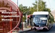 Kadınlar pembe trambüs uygulamasından memnun