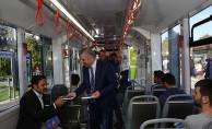 Başkan Çelik, Tramvay Araçlarında Kitap Dağıttı