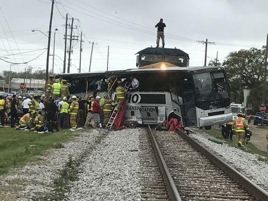 amerikada-yuk-treni-yolcu-otobusune-carpti-4-olu-tren-habercom