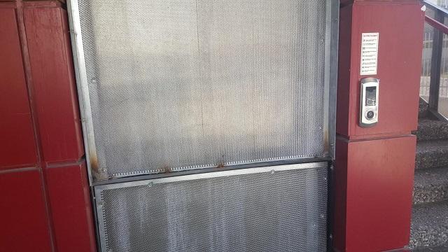 basmanede üst geçit asansörüne kilit vuruldu