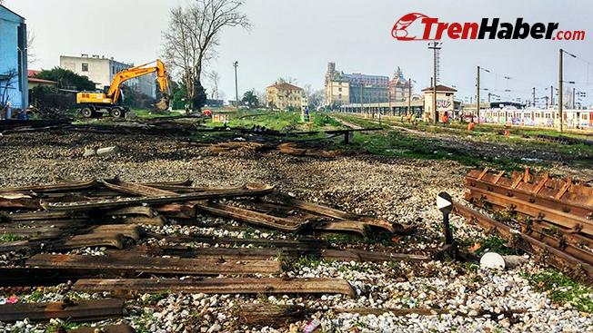 İş makineleri eski demiryolu hatlarının sökümünü gerçekleştiriyor.