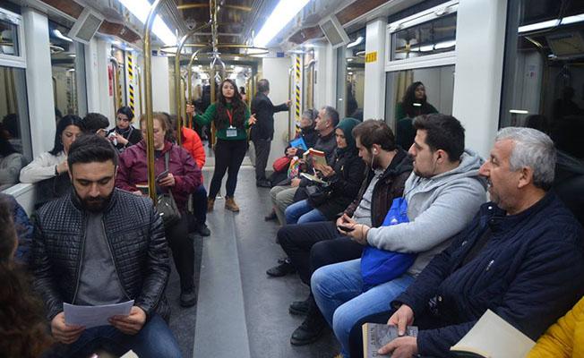 İzmirde yolculara kitap sürprizi
