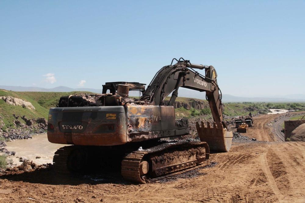 Muş- Elazığ demiryolu şantiyesini basan pkk lılar iş makinalarını ateşe verdi