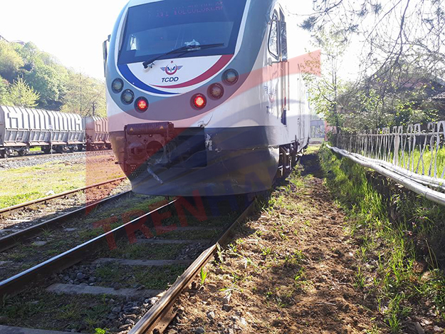 zonguldak-tren-tren-otomobil-ile-carpisti--trenhabercom