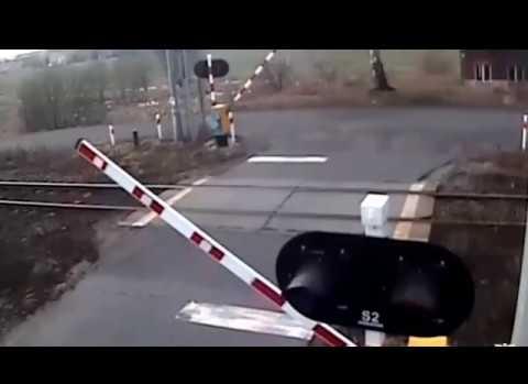Kapalı bariyerleri aştı treni aşamadı!