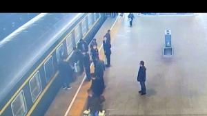 Küçük kız tren ile peron arasına düştü
