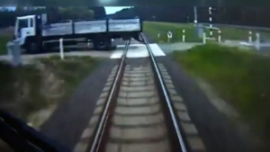 Polonya'da Tren Kamyona Çarptı. İşte Trenin Kamerasından Olay Anı