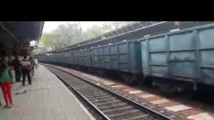 Üzerinden yük treni geçen kadın